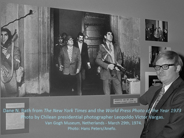"Dane N. Bath, picture editor of The New York Times and ""Time Life"" representant, received ""The Golden Eye"" Award from the World Press Photo Foundation, on behalf of the anonymous photographer, Leopoldo Víctor Vargas. At the Van Gogh Museum, Amsterdam, March 29th, 1974. Photo: Hans Peters/Anefo."